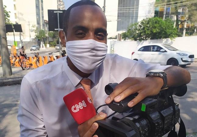 Fuzil apontado na cara de repórter da CNN expõe racismo endêmico da sociedade brasileira