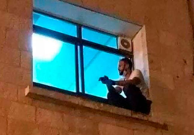 Famoso por foto em janela de hospital, filho rouba o corpo da mãe para se despedir