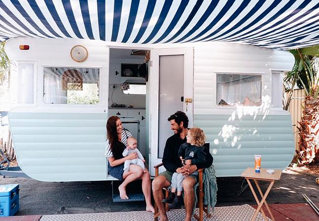 Casal transforma trailer abandonado em incrível moradia sobre rodas para viajar com as filhas