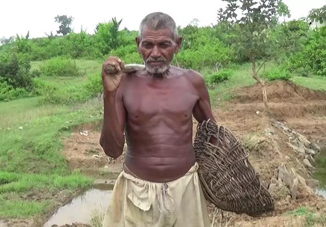 Ele passou 30 anos cavando sozinho um canal para irrigar sua aldeia