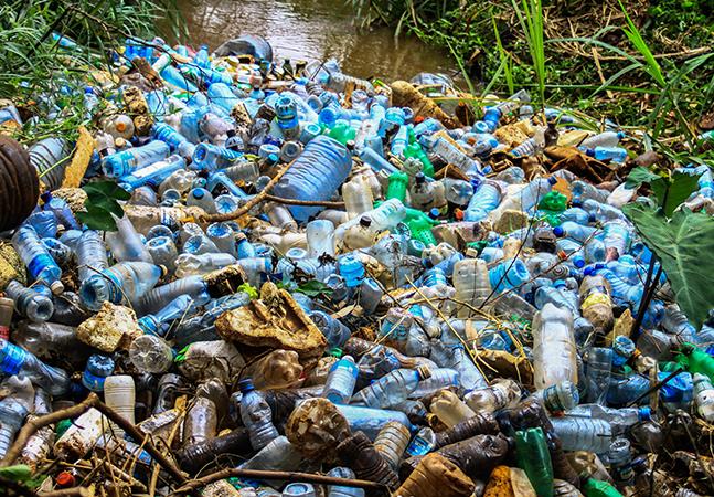 Cientistas desenvolvem enzima capaz de degradar plástico PET em dias
