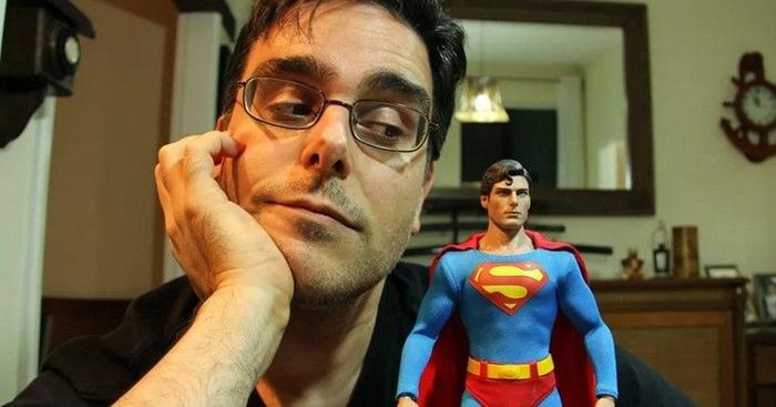 Guilherme Briggs ao lado de Super Homem, personagem que dublou diversas vezes