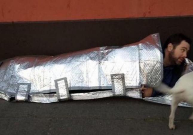 Estudante cria sacos de dormir impermeáveis e à prova de fogo para moradores de rua