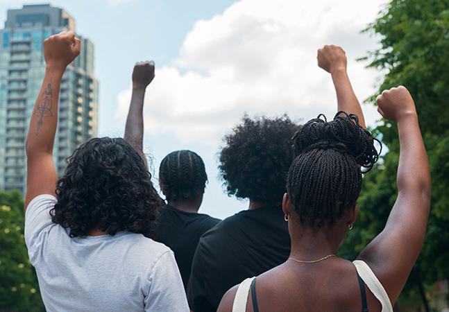 Negras, trans e mulheres: diversidade desafia preconceito e protagoniza eleições