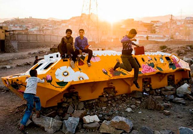 Artista transforma tanques de guerra abandonados em Cabul em obras de arte