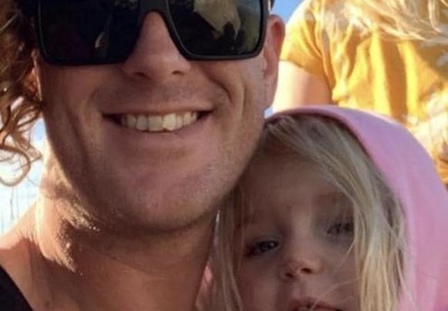 Criança morre presa dentro de carro em calor de 33º enquanto casal assiste série