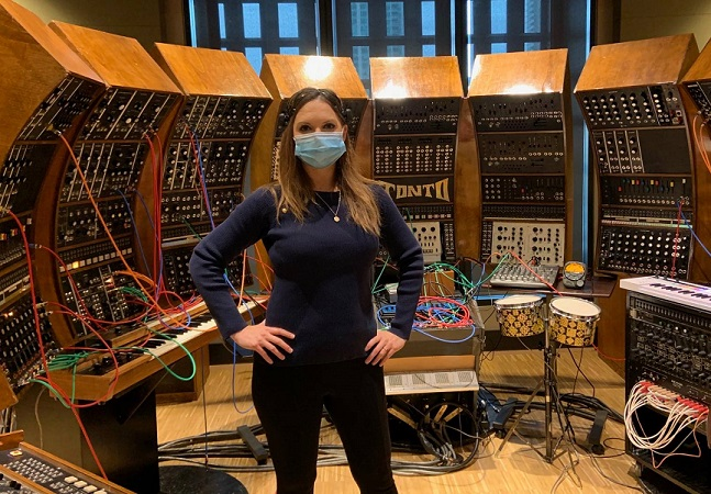 Artista canadense usa leitor de ondas cerebrais para tocar sintetizador analógico