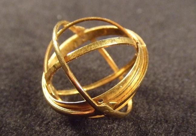 Relíquias de séculos passados, os anéis astronômicos traziam um universo no dedo