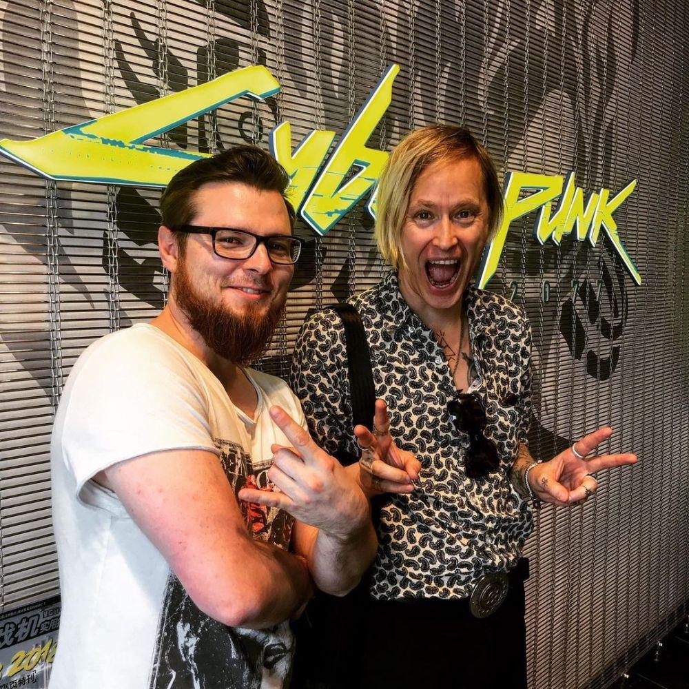Marcin sorri ao lado de Dennis Lyxzén, vocalista da banda Refused, que participa do jogo como a fictícia SAMURAI.