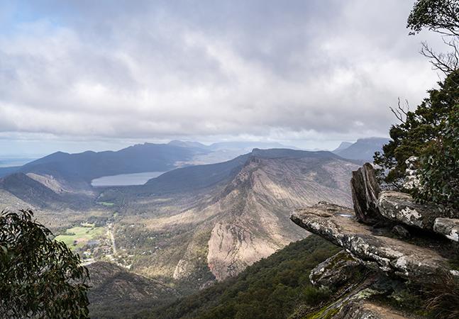 Turista ultrapassa barreira e morre ao cair de penhasco de 80 metros de altura