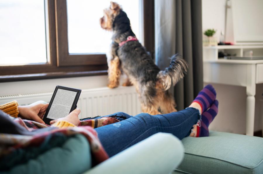 Mulher lendo texto no Kindle