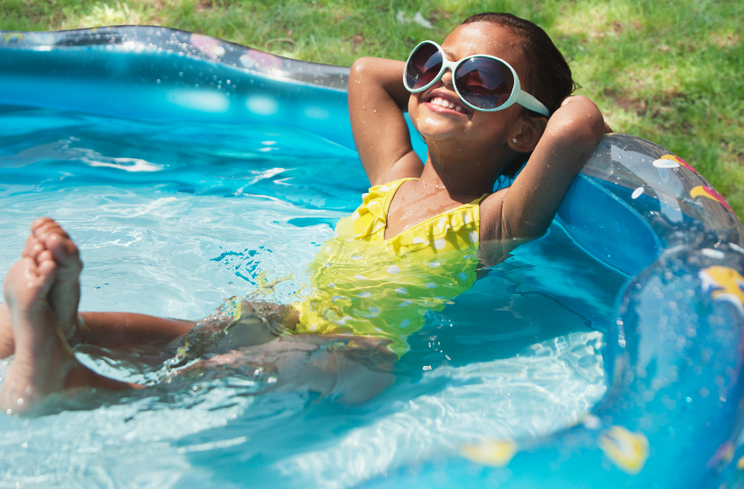 Menina em piscina durante o verão
