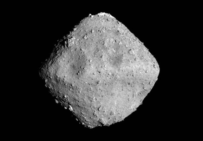 Cápsula contendo amostra de asteroide retorna à terra após 6 anos