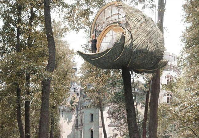 """Casa na árvore inspirada em ninho de vespa é construída """"encaixando"""" módulos"""