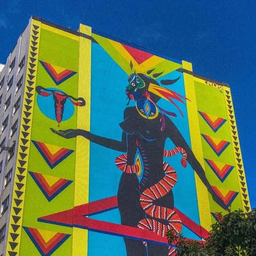 Mural com o painel da artista Criola, em BH