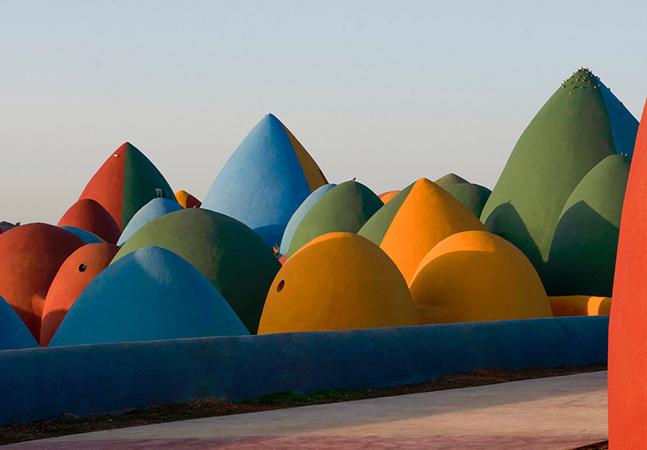 Os incríveis 'castelos de areia' coloridos na 'Ilha Arco-Íris', no Irã