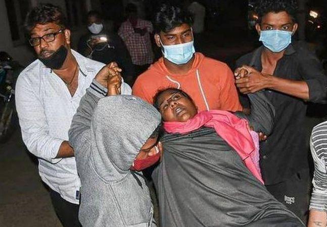 Índia lida com hospitalização em massa por doença misteriosa em meio à pandemia de covid-19