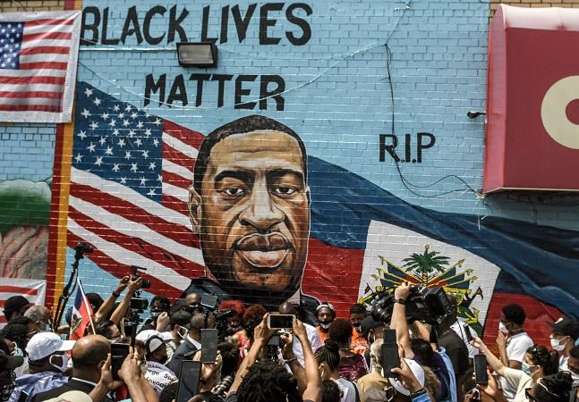 Jovem que filmou morte de George Floyd por policiais brancos ganha prêmio por bravura