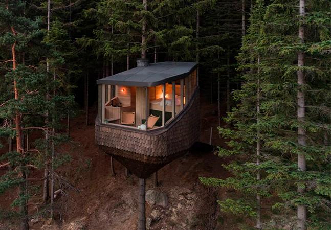 Cabana dos sonhos 'flutua' sobre as árvores na em floresta na Noruega