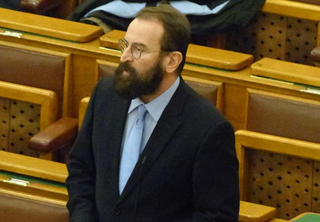 Deputado de extrema-direita defensor de 'identidade cristã' renuncia após orgia com homens e drogas