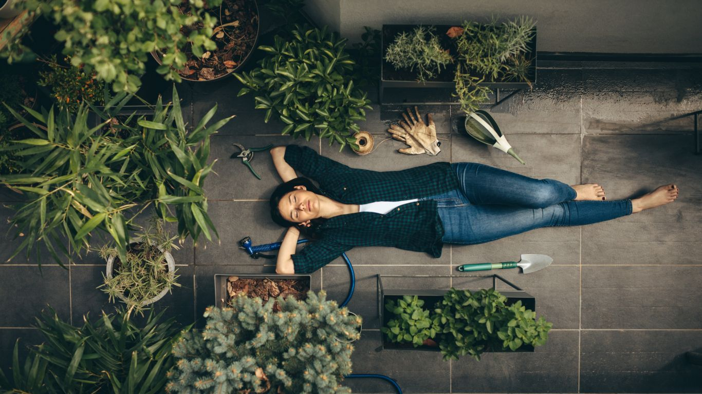 mulher deitada em meio ao jardim