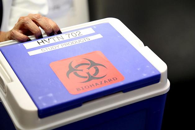 Uma das vacinas da Mosaico contra o HIV sendo carregadas por cientistas na África do Sul para uso em teste