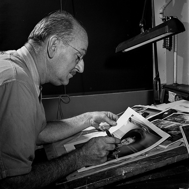 Artista retocando uma foto para o NY Times em 1942, fotografado por Marjory Collins