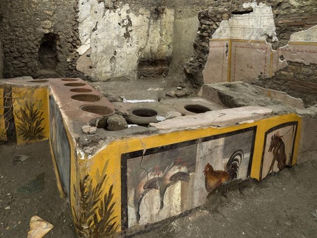 O balcão do thermopolium descoberto em Pompéia