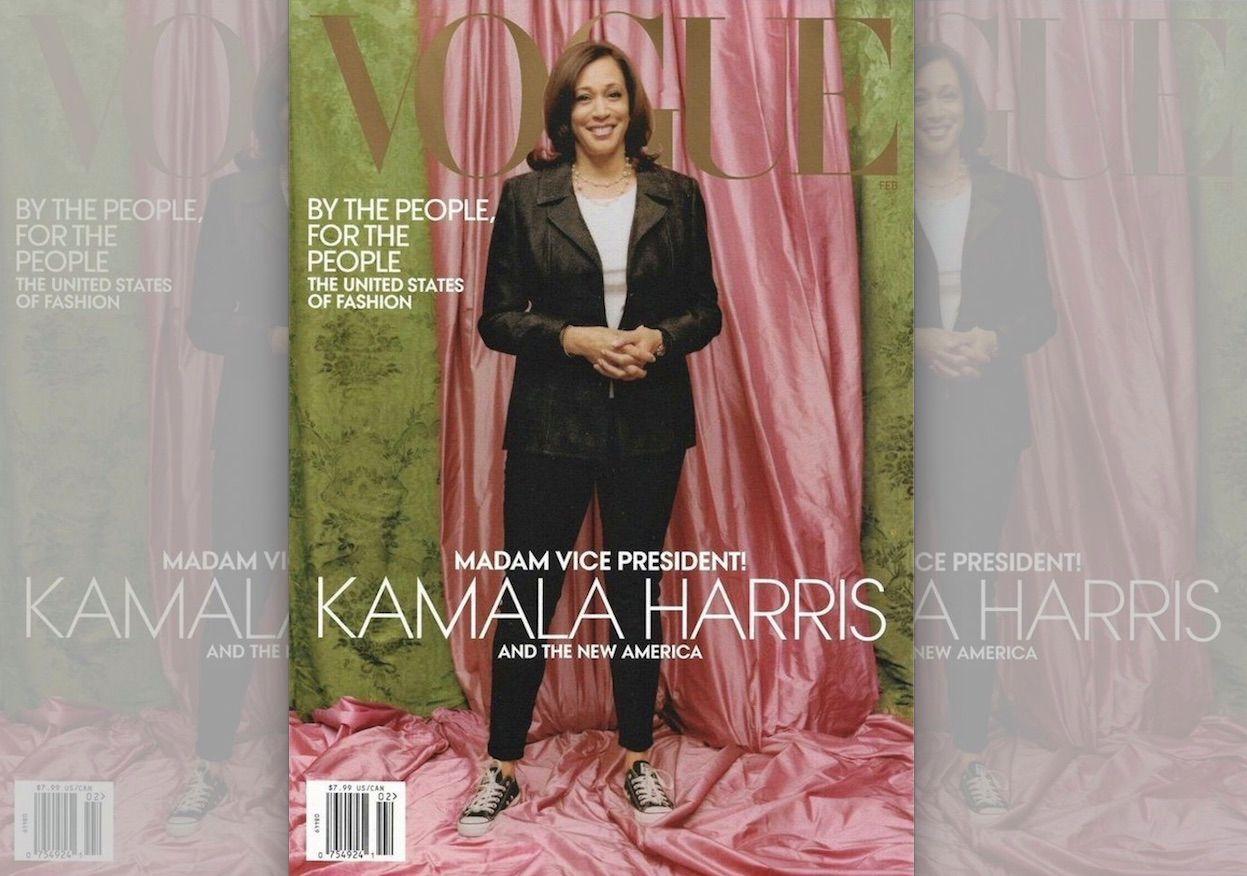 Capa física da revista Vogue, fundo rosa e verde, com Kamala Harris de terninho e tênis Converse