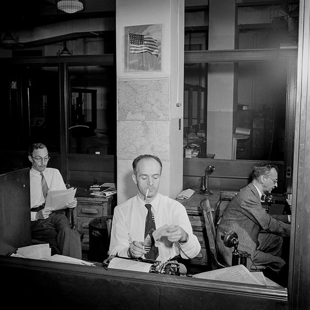 Correspondentes na redação do NY Times em setembro de 1942, fotografada por Marjory Collins