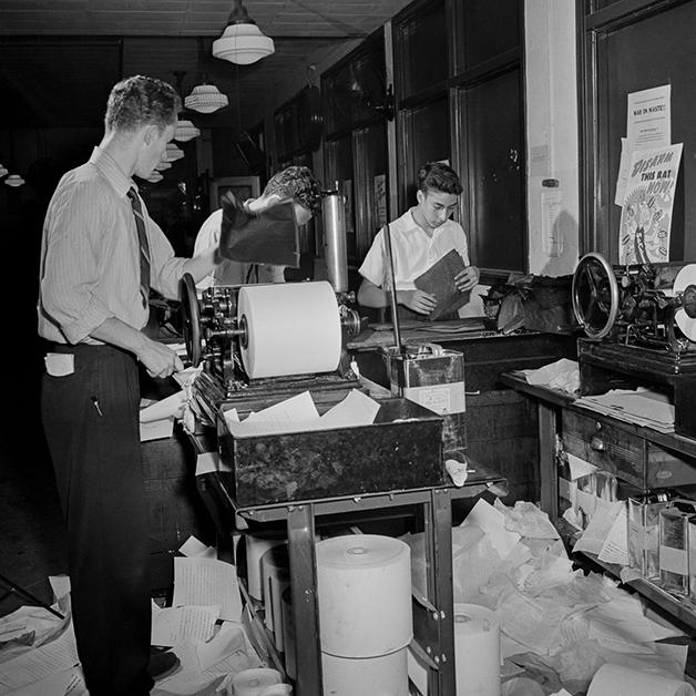 jovem usando mimeógrafo na redação do NY Times em 1942, fotografado por Marjory Collins