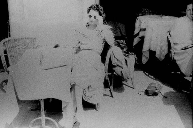 jovem em foto descoberta em filme fotográfico de 70 anos atrás