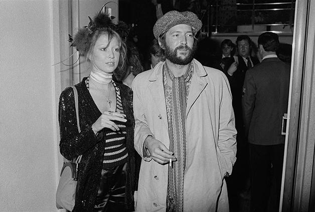 Pattie Boyd e Eric Clapton em evento em Londres em 1975