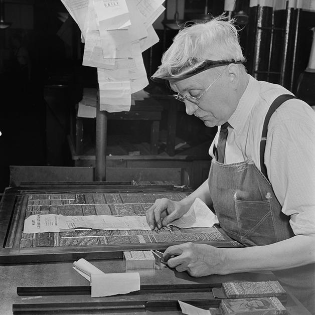 Tipógrafo montando uma página do NY Times em 1942, fotografado por Marjory Collins