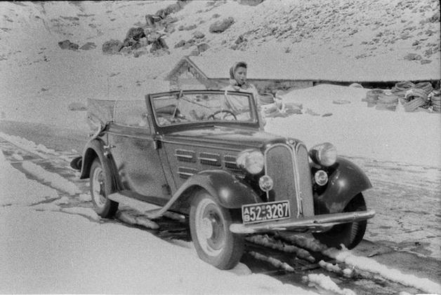 jovem em carro em foto descoberta em filme fotográfico de 70 anos atrás