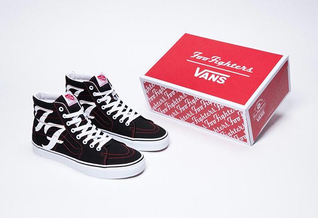 Tênis Vans em homenagem aos 25 anos da banda Foo Fighters junto da caixa