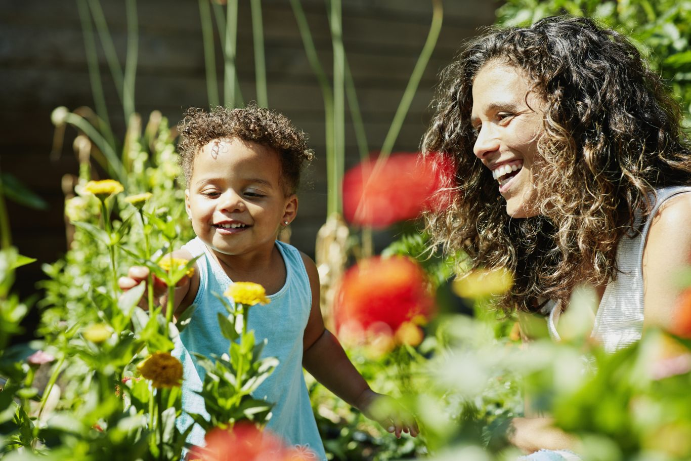 mãe e filho brincando no jardim