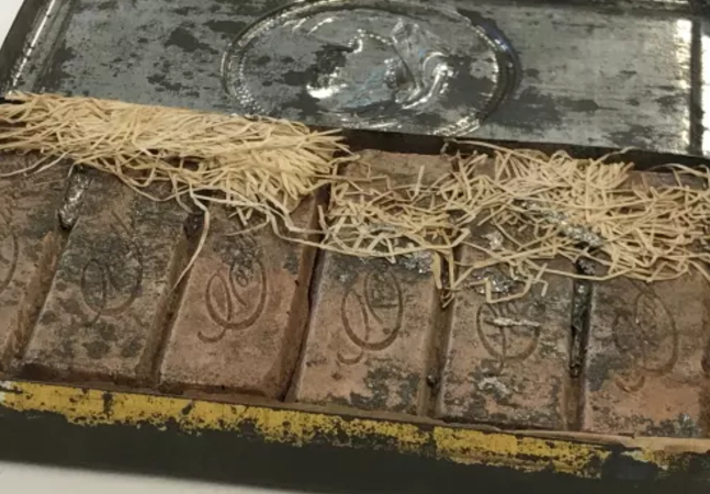 Chocolates de 121 anos são achados como se fossem 'novos' dentro de biblioteca