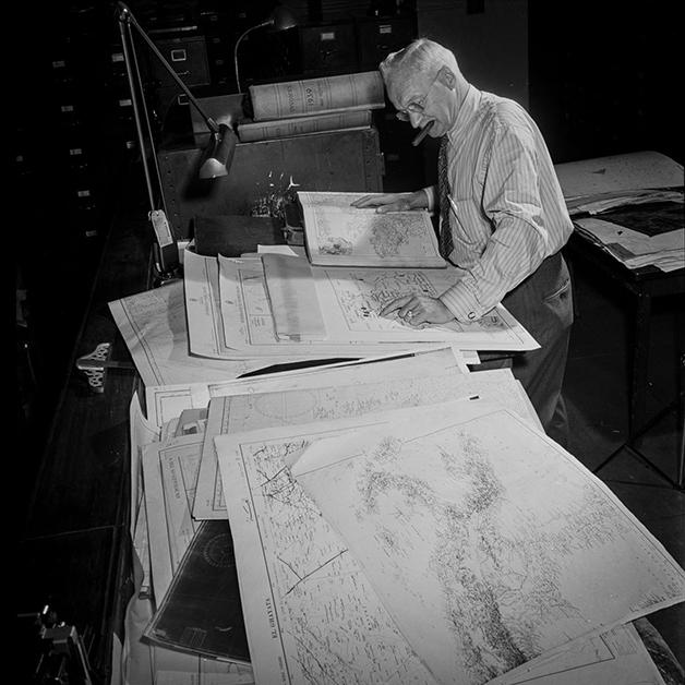 Consultor de cartografia no departamento de arte do NY Times preparando um mapa da Europa então em conflito, fotografado por Marjory Collins