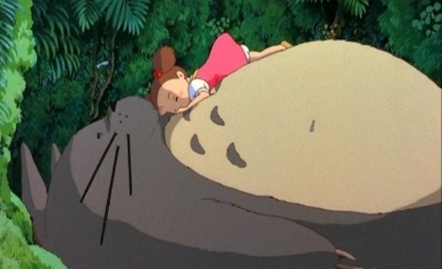 A personagem Mei Kusakabe deitada na barriga de Totoro