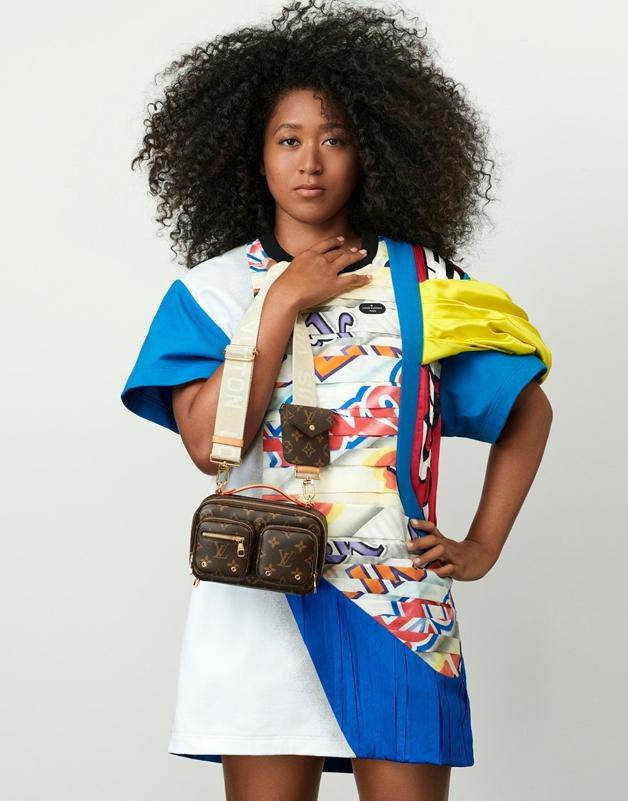 A tenista Naomi Osaka com vestido e bolsa Louis Vuitton
