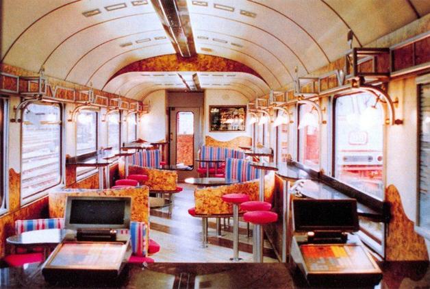 Interior do McTrem, o vagão de trem transformado em uma filial do McDonald's na Alemanha nos anos 1990