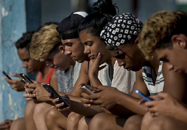 Cuba experimenta dois lados da moeda com chegada de internet móvel