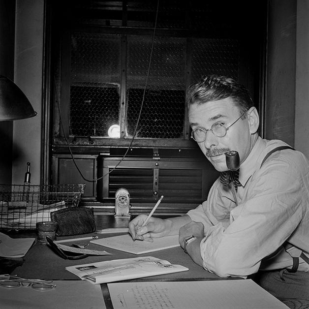 O crítico de teatro Brooks Atkinson revisando um de seus textos na redação do NY Times, fotografado por Marjory Collins