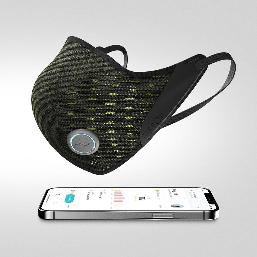 A imagem mostra detalhes da máscara AirPop junto ao um celular com o aplicativo da marca