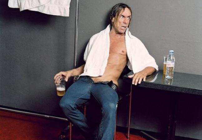 Série de fotos mostra artistas do rock exaustos após seus shows