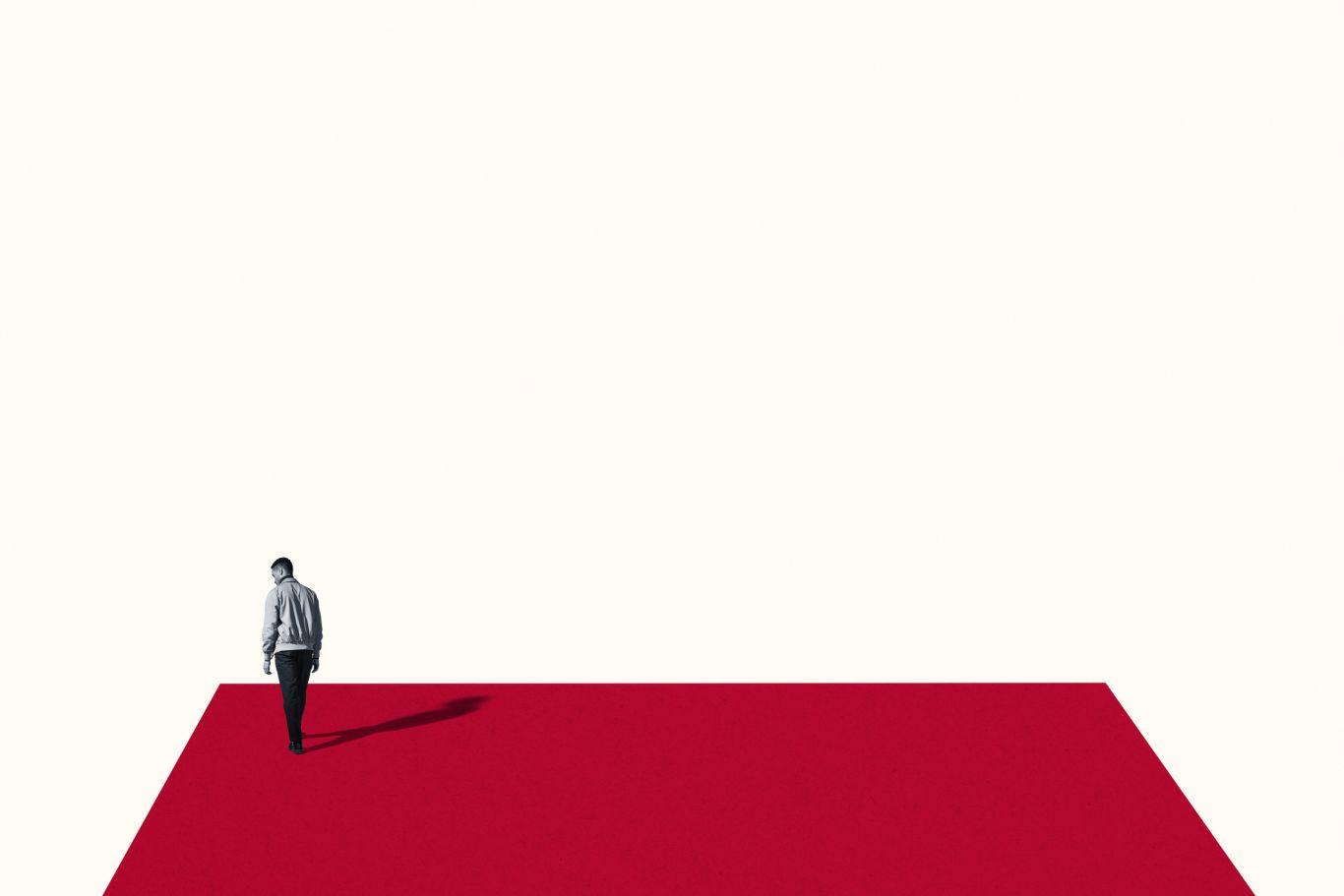 pessoa sozinha em espaço vermelho com fundo branco