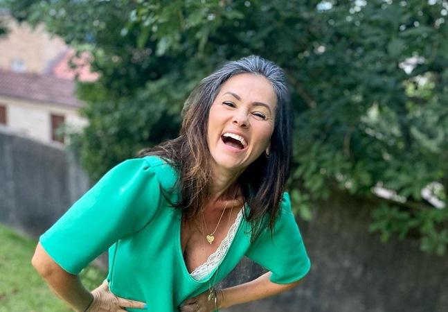 Suzana Alves diz que cabelos grisalhos a deixam mais forte: 'Sem prazo de validade'
