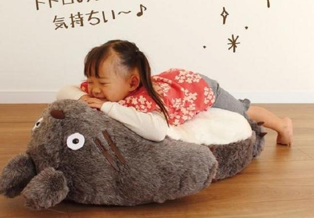 Sofá dos Studios Ghibli permite deitar na barriga do Totoro como no anime