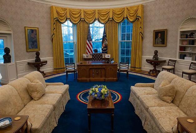 Visão geral do Salão Oval com a decoração da administração Biden